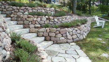 Как выбрать камень для подпорных стенок и особенности его укладки