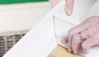 Как правильно сделать ровный уголок у потолочного плинтуса