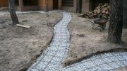 Почему не рекомендуется заливать дорожки на загородном участке бетоном