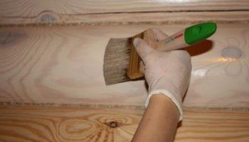 Почему перед покраской деревянного покрытия его следует обработать