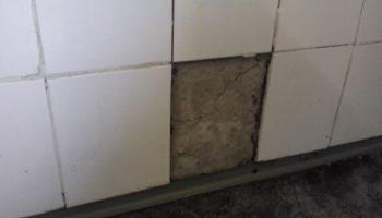 Печальные последствия неправильной укладки плитки в ванной