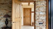 Почему деревянная дверь без отделки — самый выгодный вариант