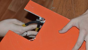 Как работать с плиткой без специального инструмента