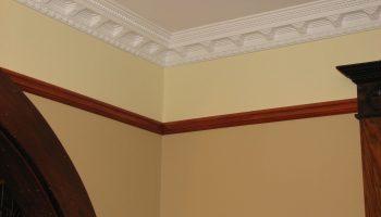 Как красиво воспользоваться гибким потолочным плинтусом
