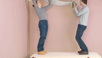 Почему лучше не клеить обои на потолке в одиночку