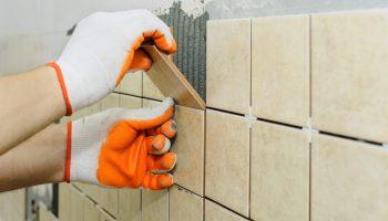 Как не дать плитке сползать вниз при укладке на стены