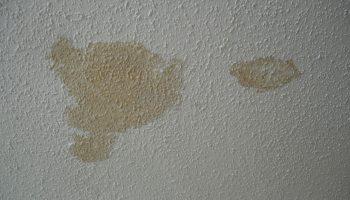 Почему на оштукатуренной стене появляются ржавые пятна