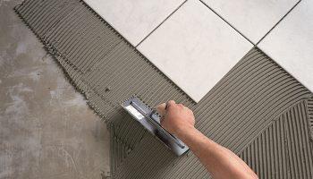 Почему не стоит заменять специальный плиточный клей обычным цементным раствором