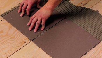 Почему не стоит укладывать плитку на деревянный пол