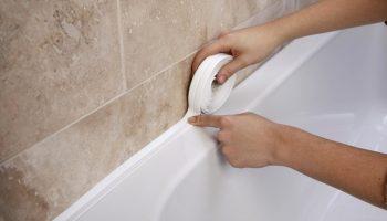 Чем надежно заделать щель на стыке ванной и стены