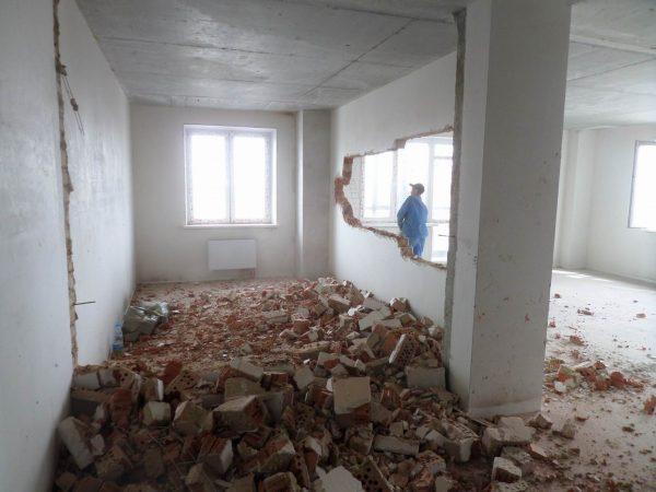 Фото дырки в стене