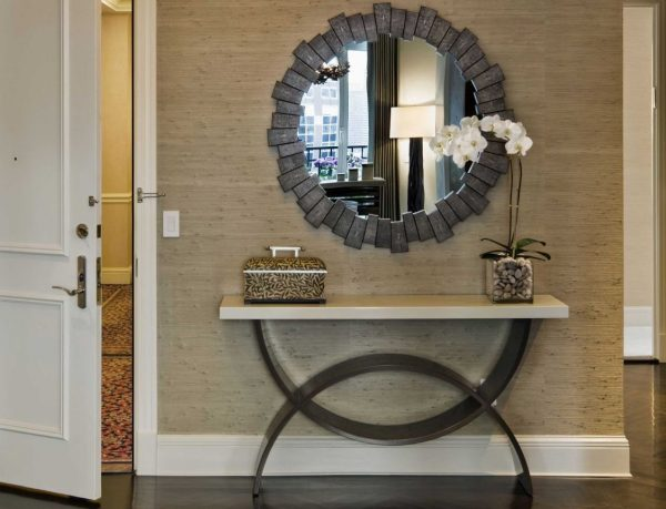 Фото круглого зеркала на стене