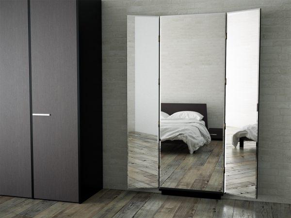 Тройное зеркало на стене