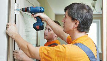 Почему не стоит ставить двери до чистовой отделки стен