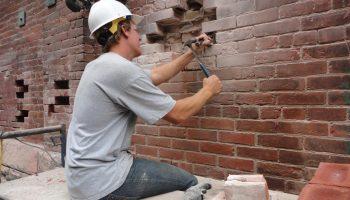 Как восстановить старую кирпичную стену без перекладки