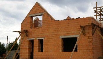 Главные особенности у стены для домов и коттеджей — выбор правильного материала