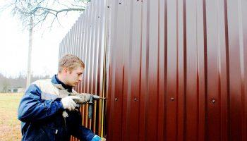 Как выровнять забор из профнастила своими руками