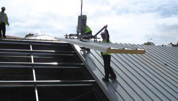 Как поднимать стройматериалы на крышу в одиночку