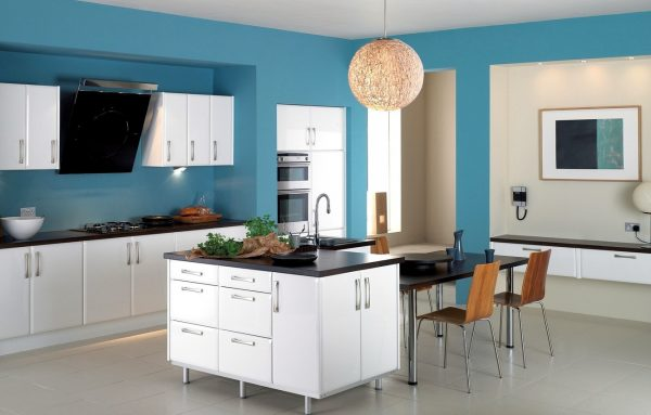 Кухня с крашенными стенами