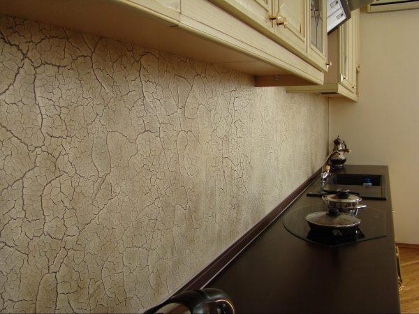 Стена из декоративной штукатурки на кухне