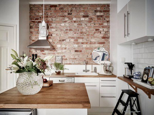 Стена из кирпича на кухне