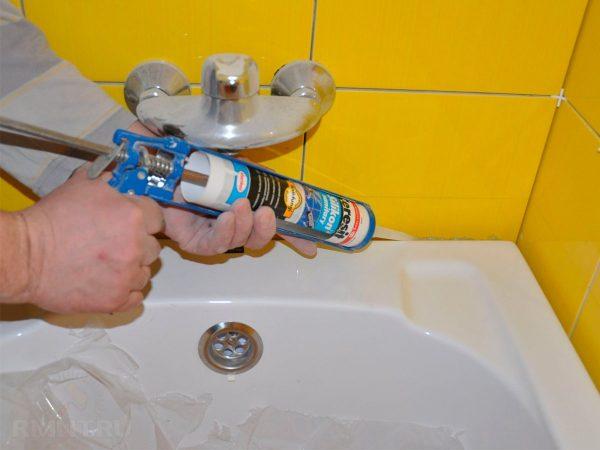 Заделка швов в ванной силиконом
