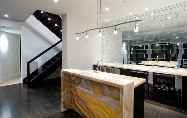 Зеркальные панели на кухне