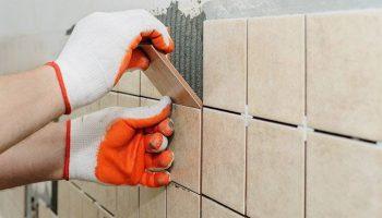 Как правильно класть плитку на стену в ванной самостоятельно