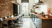 Как выделить и красиво оформить стену на кухне