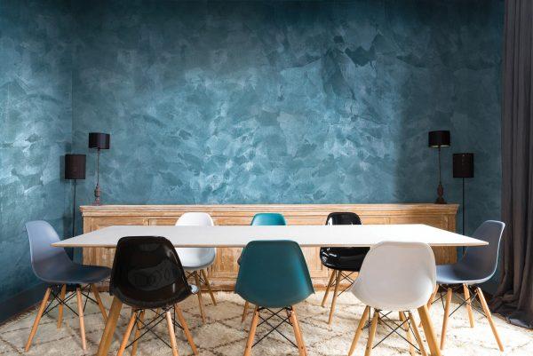 Фактурная краска на стене