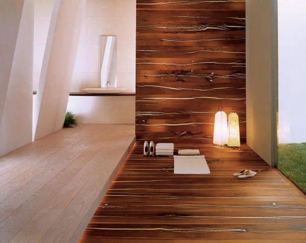 Ламинат на полу и стене