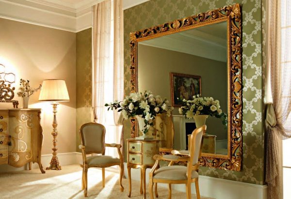 Стена с большим зеркалом