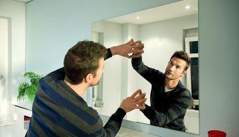 Как приклеить зеркало к стене разными способами