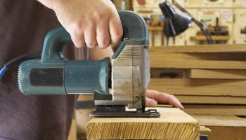 Как аккуратно разрезать сучки на ДСП с помощью лобзика