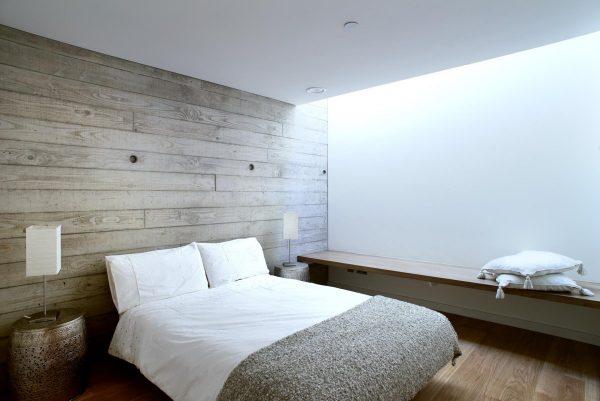 Деревянные стены в спальне