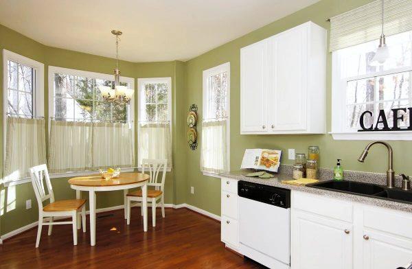 Фисташковые стены на кухне