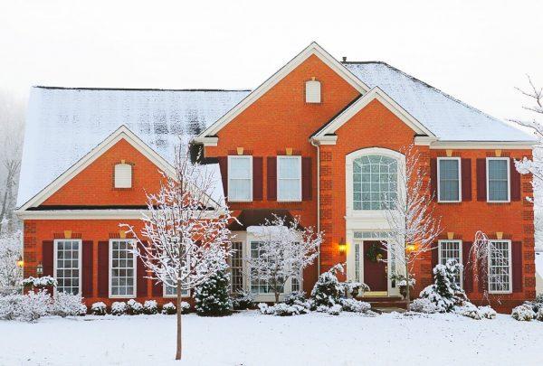 Кирпичный дом под снегом