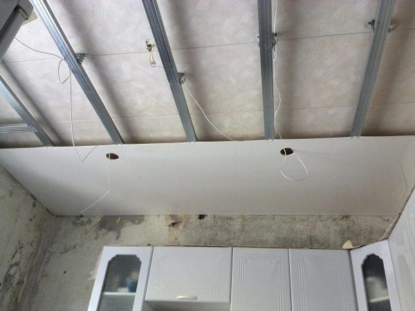 Монтаж панелей ПХ на потолок