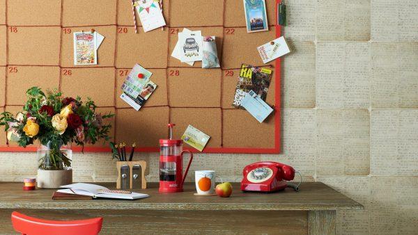 Фото пробковой доски над столом