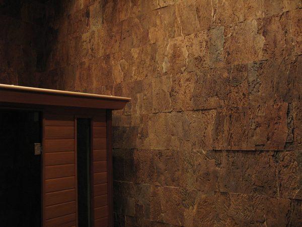 Пробковая плитка на стене