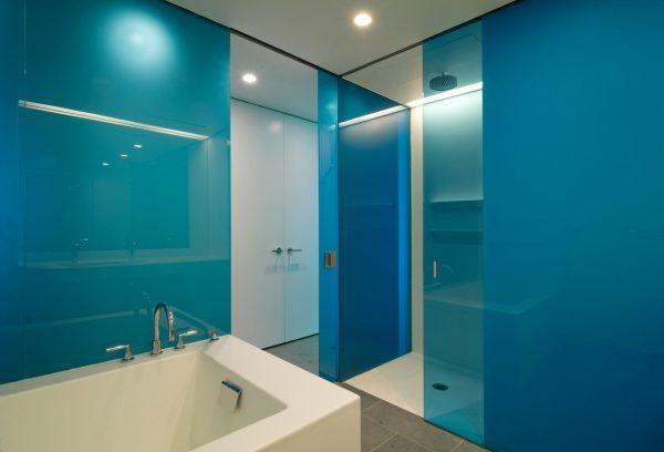 Стеклянные панели в ванной