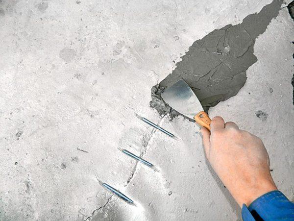Заделывание трещин ремонтной смесью