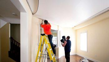 Почему натягивать потолки следует до поклейки обоев в квартире