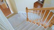 Каким материалом следует покрывать лестницу в доме, а какое средство может навредить покрытию