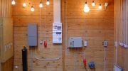 Чем отличается укладка проводки в деревянном доме