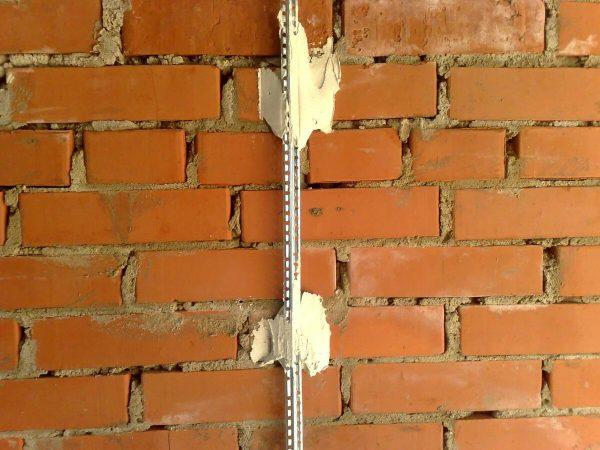 Металлический маяк на стене