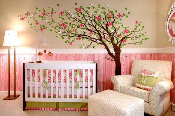 Нарисованное дерево в детской