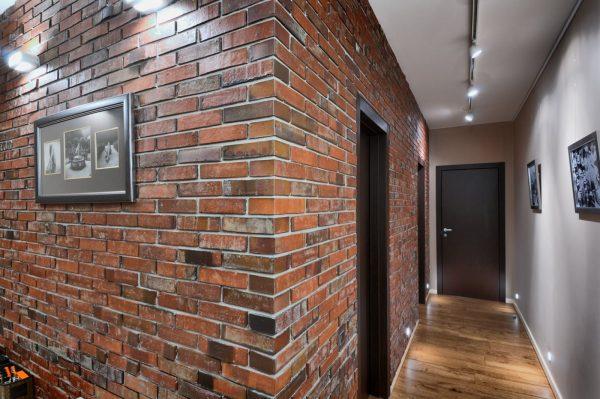 Стена под кирпич в коридоре