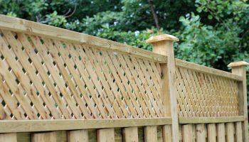 Как безопасно нарастить высоту деревянного забора