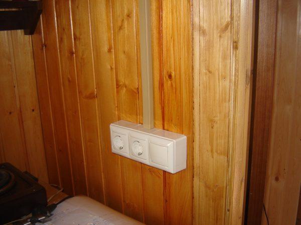 Кабель-канал на деревянной стене